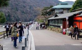 走在街道上的人们在Arashayama,日本 免版税库存图片