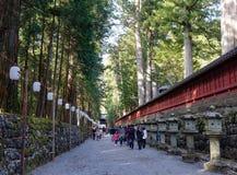 走在街道上的人们在Toshogu寺庙在日光,日本 免版税库存照片