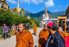 走在街道上的修士在蓝天下在Phetchabun 库存图片