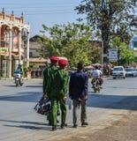 走在街道上的军事学生 免版税库存图片