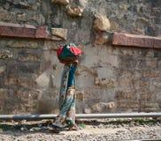 走在街道上的印地安妇女在阿格拉,印度 免版税库存照片
