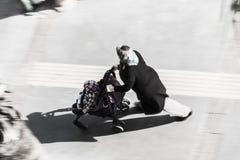 走在街道上的土耳其妇女 免版税库存照片
