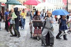 走在街道上的大木偶 免版税库存图片