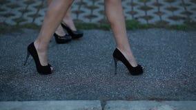 走在街道上的妇女 股票录像