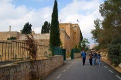 走在街道上的孩子在耶路撒冷,以色列附近 免版税库存图片