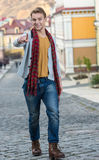 走在街道上的时髦的时兴的年轻人画象  免版税图库摄影