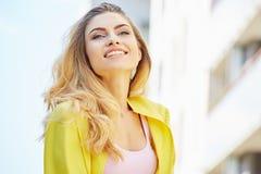 走在街道上的美丽的白肤金发的少妇 库存照片