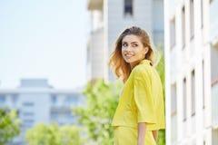 走在街道上的美丽的白肤金发的少妇 免版税库存图片