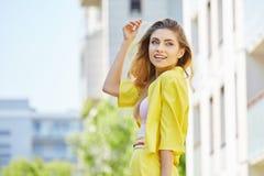 走在街道上的美丽的白肤金发的少妇 图库摄影