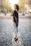 走在街道上的美丽的年轻愉快的妇女 图库摄影