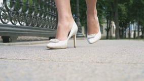 走在街道上的美好的女性腿 影视素材