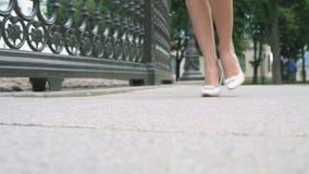 走在街道上的美好的女性腿 股票视频