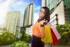 走在街道上的年轻可爱的亚裔妇女 库存照片