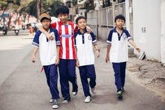 走在街道上的Unidentied男孩在胡志明 库存照片