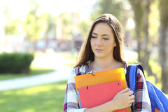 走在街道的哀伤的学生 免版税图库摄影