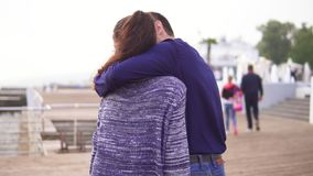 走在街道的年轻美好的夫妇特写镜头后面视图拥抱 也约会我浪漫看到相似的工作的画廊 股票视频