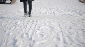 走在街道的特写镜头腿户外在多雪的俄国冬天 股票视频