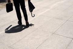 走在街道的绅士 免版税库存照片