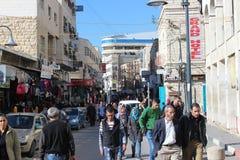 走在街道的巴勒斯坦人民在伯利恒 免版税库存照片