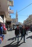 走在街道的巴勒斯坦人民在伯利恒 免版税库存图片