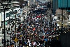 走在被包装的街道的抗议者的顶视图 免版税库存照片