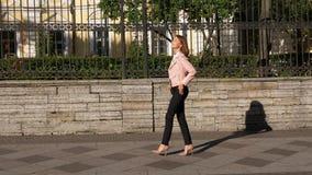 走在裸体高跟鞋鞋子的典雅的红发妇女 股票视频