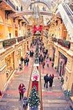 走在购物中心的人们 免版税库存照片