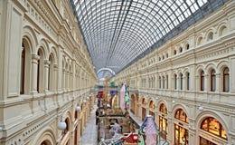 走在购物中心的人们 库存照片