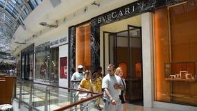 走在购物中心的迈可・寇斯和Bvlgari商店前面的人们千年1 股票视频