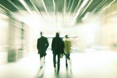 走在购物中心,行动迷离的人们 免版税库存图片
