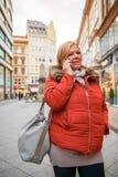走在购物街道上的一名好妇女 库存照片