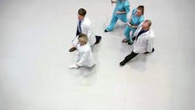 走在走廊的医生队  股票视频