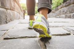 走在足迹,室外锻炼的妇女 库存照片