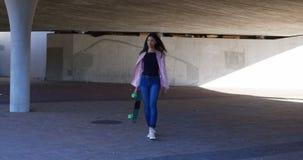 走在跨线桥4k下的妇女 股票录像