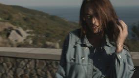 走在路和微笑的愉快和自由的女孩 影视素材