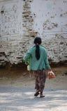 走在路的人们在曼德勒,缅甸 库存照片