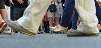 走在路的人群 免版税库存照片