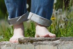 走在路的人,不用鞋子 库存图片