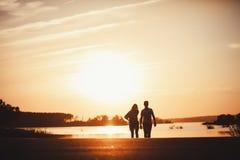 走在路的年轻夫妇 免版税库存图片