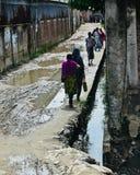 走在路附近的孟加拉国的工作者隔绝了独特的照片 免版税库存图片