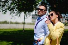 走在边路的企业夫妇 免版税库存照片