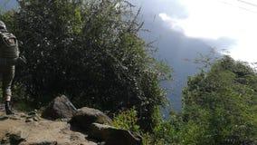 走在迁徙的足迹的徒步旅行者到安纳布尔纳峰营地,喜马拉雅山,尼泊尔 POV 股票视频