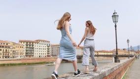 走在遏制的年轻女人由河 影视素材
