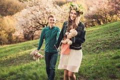 走在道路的美好的年轻爱恋的夫妇 免版税库存照片