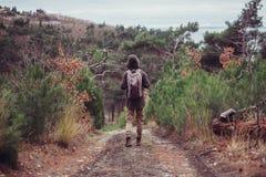 走在道路的远足者 免版税库存照片