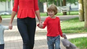 走在道路藏品的母亲和幼儿 影视素材