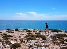 走在遥远的Formby海湾的人 免版税库存照片