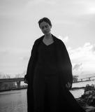 走在都市街道的年轻时髦的妇女 图库摄影