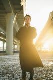 走在都市街道的年轻时髦的妇女 免版税图库摄影