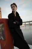 走在都市街道的年轻时髦的妇女 库存照片